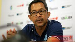 Indosport - Pelatih Kepala Persela Lamongan, Aji Santoso saat konferensi pers.