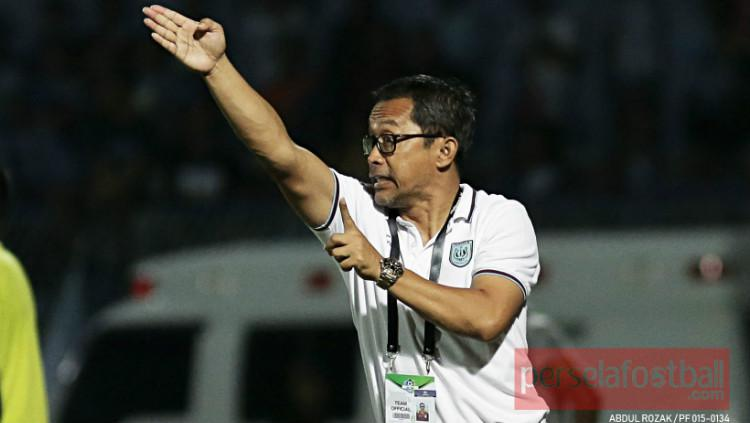 Pelatih Kepala Persela Lamongan, Aji Santoso saat memberikan arahan dari pinggir lapangan Copyright: perselafootball