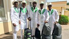Indosport - Skuat Nigeria dengan pakaian khas budaya negaranya saat hendak terbang ke Rusia.