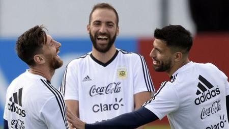 Ingin bereuni lagi dengan Lionel messi usai tinggalkan Manchester City, Sergio Aguero beri keuntungan berlipat bagi raksasa LaLiga Spanyol, Barcelona. - INDOSPORT