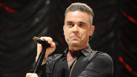 Robbie Williams penyanyi profesional yang akan tampil di acara pembuka Piala Dunia 2018. - INDOSPORT