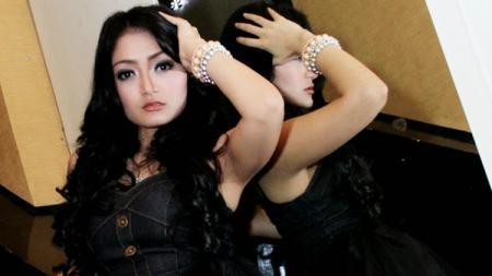 Siti Badriah saat melakukan pemotretan. - INDOSPORT