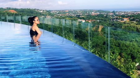 Ilustrasi: Potret Siti Badriah di kolam renang salah satu hotel di Bali. - INDOSPORT