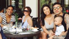 Indosport - Striker Persija Jakarta Addison Alves yang tengah liburan bersama keluarga Jaimerson Xavier da Silva (kanan).