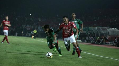 Bek sayap Bali United, Ricky Fajrin, beraksi dalam pertandingan Liga 1 2019. - INDOSPORT
