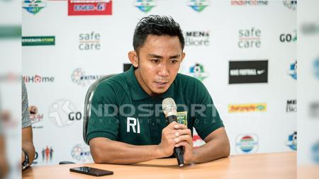Kapten Persebaya Rendi Irwan saat konferensi pers. - INDOSPORT