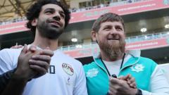 Indosport - Ramzan Kadyrov dan Mohamed Salah bergandengan tangan di Akhmed Stadion