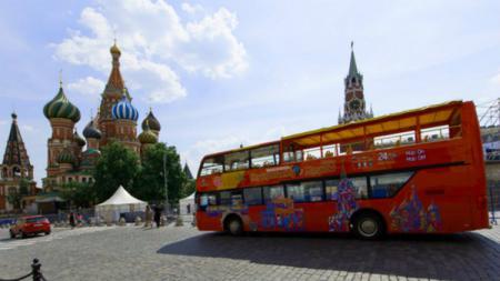 Bus di depan Katedral St. Basil Rusia - INDOSPORT