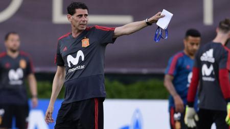 Fernando Hierro saat memimpin latihan perdana bersama Timnas Spanyol. - INDOSPORT