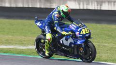 Indosport - Valentino Rossi saat berada di lintasan balap.