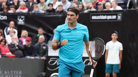 Roger Federer selebrasi di final Mercedes Cup 2018 di Stuttgart. - INDOSPORT
