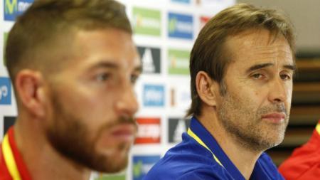 Sergio Ramos dan Julen Lopetegui dalam konferensi pers Timnas Spanyol. - INDOSPORT