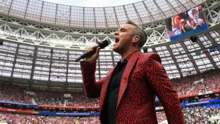 Robbie Williams menyanyi dalam upacara pembukaan Piala Dunia 2018.