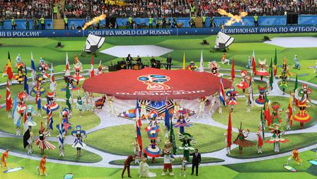 Semua tarian dari beberapa negara memeriahkan tengah lapangan saat Upacara Pembukaan Piala Dunia 2018.