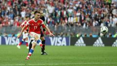 Indosport - Penggawa Timnas Rusia, Aleksandr Golovin saat mengeksekusi tendangan bebas.