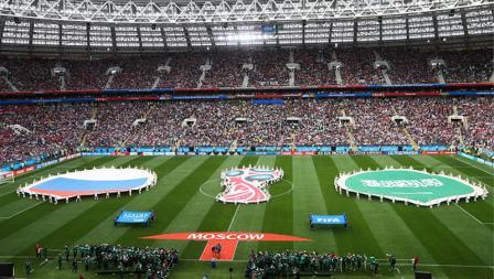 Bendera Rusia vs Arab Saudi dibentangkan jelang laga pembuka dimulai.