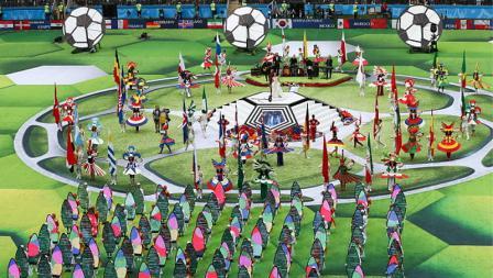 Euforia yang tampak dengan tarian-tarian di tengah lapangan Luzhniki Stadium.