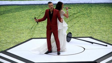 Robbie Williams dan Aida Garifullina menyanyi dalam upacara pembukaan Piala Dunia 2018.