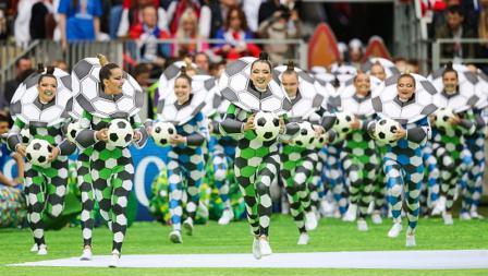 Sekumpulan penari dengan pernak pernik sepakbola juga memeriahkan Upacara Pembukaan Piala Dunia 2018.