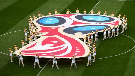 Logo Piala Dunia 2018 Rusia dibentangkan di tengah lapangan Stadion Luzhniki.
