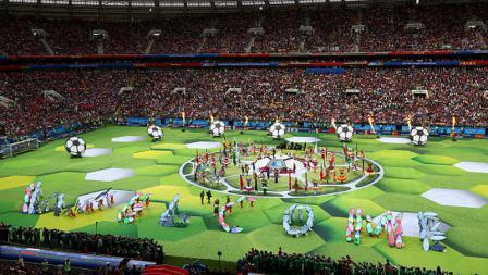 Sederet penari membentuk kata Selamat Datang kepada para penonton di Stadion Luzhniki.