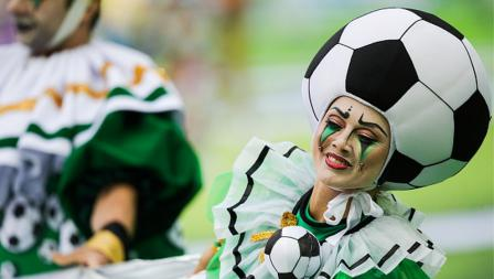 Seorang penari wanita dengan sebuah bola dipasang di kepalanya memeriahkan upacara pembukaan Piala Dunia 2018.