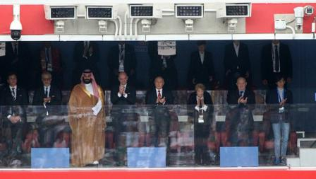 Vladimir Putin ditemani oleh Putra Mahkota Arab Saudi, Mohammed Bin Salman, serta Gianni Infantino.