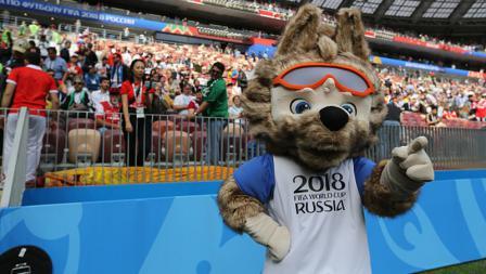 Zabivaka, maskot Piala Dunia 2018, menyapa para penonton yang hadir di Luzhniki Stadium.
