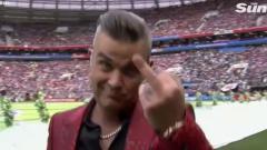 Indosport - Robbie Williams kedapatan memberikan jari tengah di depan kamera.