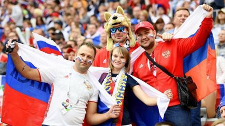 Masyarakat Rusia merayakan kemenangan Timnasnya. - INDOSPORT