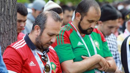 Beberapa suporter Maroko terlihat mengikuti ibadah salat id di luar masjid St. Petersburg, Rusia, Jumat (15/06/18).