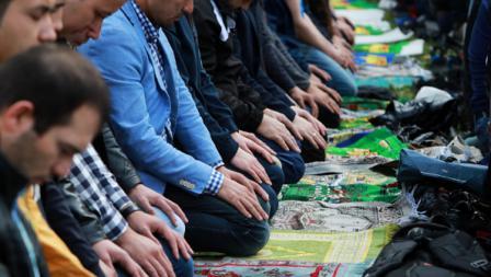 Para suporter khusyuk menjalankan ibadah salat id dengan fasilitas seadanya.