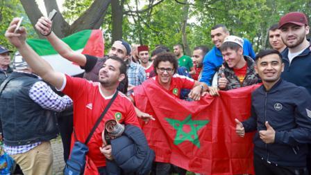 Para suporter tak lupa melanjutkan euforia Piala Dunia usai melaksanakan ibadahnya.