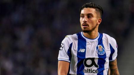 Bek kiri Porto, Alex Telles, menjadi incaran tiga klub elite Eropa. - INDOSPORT