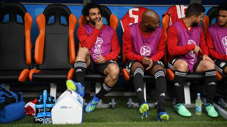 Mohamed Salah (kiri) duduk di bangku cadangan Mesir dalam Piala Dunia 2018 - INDOSPORT