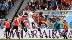 Indosport - Proses terjadinya gol Uruguay vs Mesir di Piala Dunia 2018.