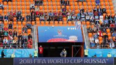 Indosport - Kondisi bangku pe   nonton di laga Mesir vs Uruguay di Piala Dunia 2018.