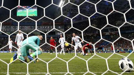 David De Gea tidak bisa menghalau tendangan Cristiano Ronaldo. - INDOSPORT