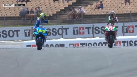 Cekcok yang terjadi antara Andrea Iannone dan Aleix Espargaro di MotoGP Catalunya 2018. - INDOSPORT