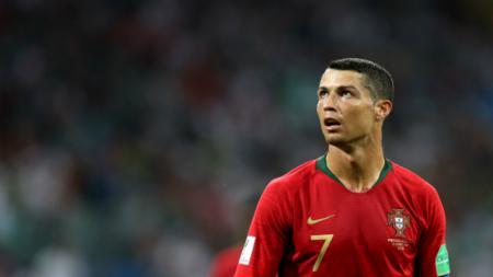 Cristiano Ronaldo memberi hadiah sepatu kepada para pemain putri Timnas Portugal U-17 sebagai wujud pelecut semangat. - INDOSPORT