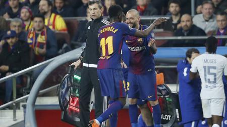 Gelandang sayap Barcelona, Aleix Vidal (kanan) saat menggantikan Ousmane Dembele. - INDOSPORT