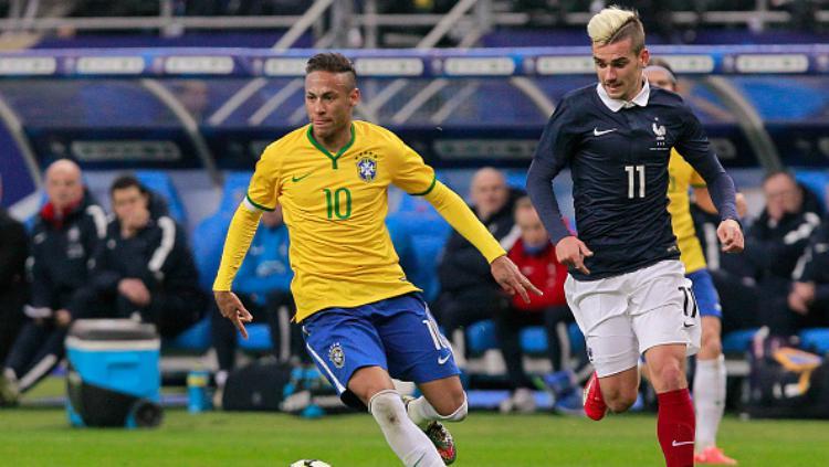 Neymar (kiri) dan Antoine Griezmann dalam laga persahabatan Brasil vs Prancis 2015 silam. Copyright: INDOSPORT