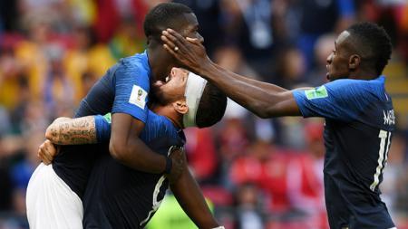 Paul Pogba (kiri) diangkat Olivier Giroud sebagai bentuk selebrasi atas gol yang ia buat. - INDOSPORT
