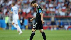 Indosport - Lionel Messi menunduk kecewa pasca gagal penalti.
