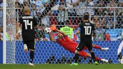 Indosport - Aksi penyelamatan Hannes Halldorsson dari tendangan penalti Lionel Messi.