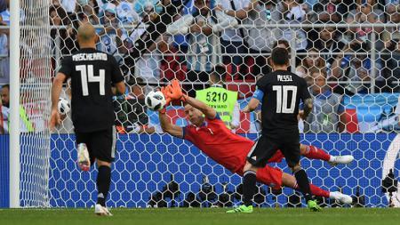 Aksi penyelamatan Hannes Halldorsson dari tendangan penalti Lionel Messi. - INDOSPORT