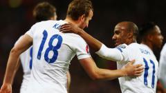 Indosport - Penyerang Inggris, Harry Kane, merayakan gol debutnya di Timnas Inggris bersama Fabian Delph.
