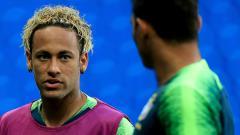 Indosport - Neymar (kiri) pamer rambut baru jelang laga Piala Dunia 2018 Brasil vs Swiss.