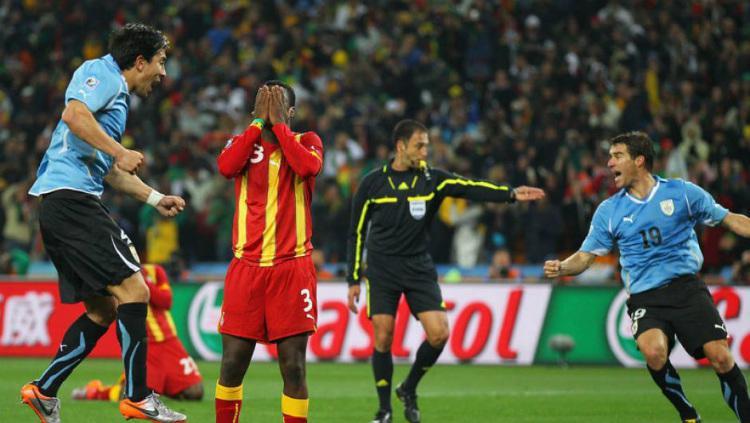 Legenda Ghana, Asamoah Gyan meratapi kegagalannya mengonversi tendangan penalti ke gawang Uruguay di Piala Dunia 2010. Copyright: Getty Images