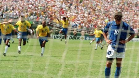 Mengenang momen bersejarah final Piala Dunia FIFA 1994 yang menghadirkan sejumlah trauma bagi para bintang besar di dalamnya. - INDOSPORT